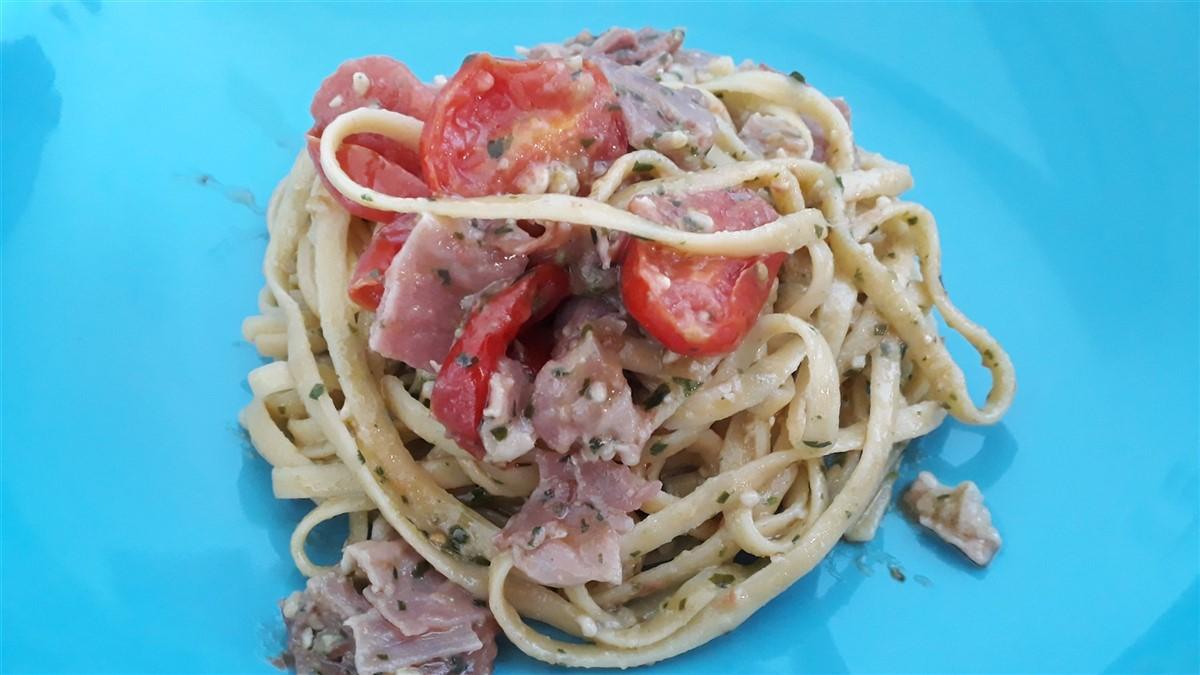Pasta met ham, pesto en tomaat