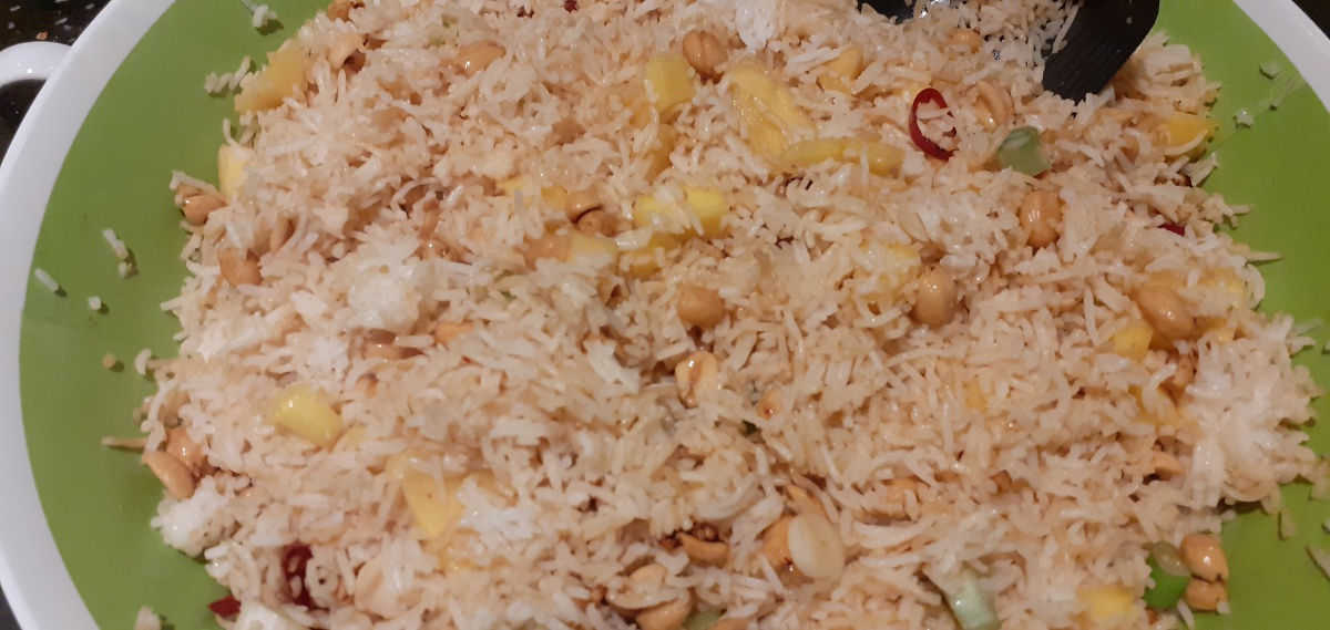 Spicy rice salad with mango and peanut